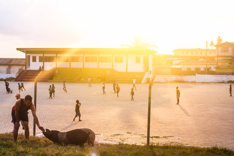 Backpacking from Accra to Cape Coast: Street football, basketball and the sunset