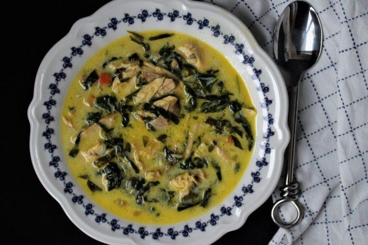 Кето пилешка супа със спанак по флорентински