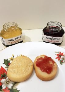 Singletree Citrus Pinot Gris and Spicy Pinot Noir wine jellies on shortbread cookies