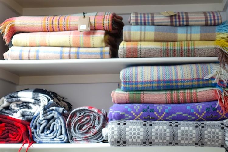 """Wolldecken aus traditioneller Fertigung bei """"Labour and Wait"""" in London Shoreditch"""