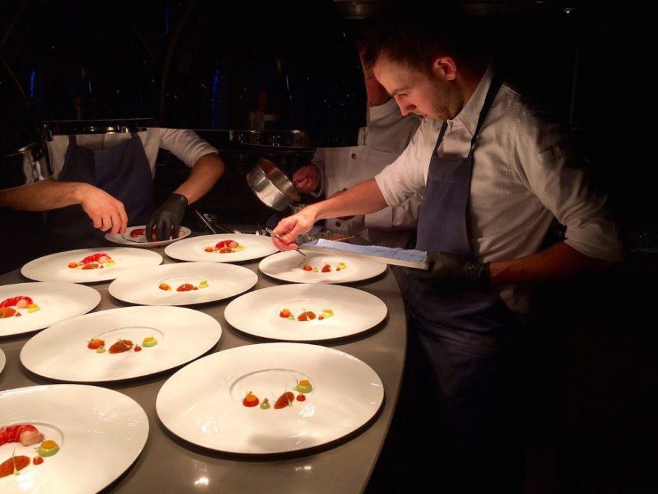 Köche im Restaurant The Table, Hamburg, beim Anrichten der Teller