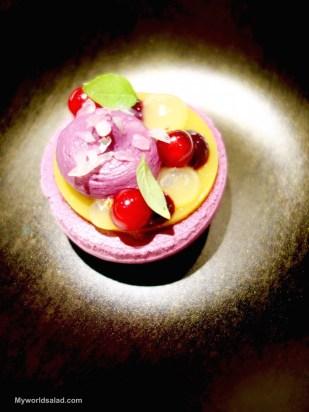 Das süße Dessert: Cassis-Whisky-Eucalyptus-Macaron, by Kevin Fehling, The Table Hamburg