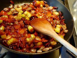 Caponata-Rezept, Geröstete Zwiebeln und Sellerie mit der Zucker-Essig-ischung verrühren