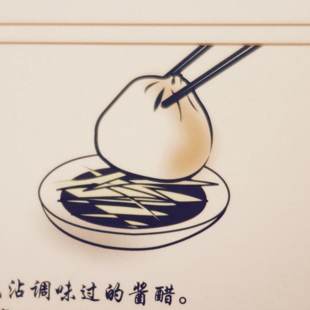 Xiaolongbao, gefüllte Nudeltaschen chinesischer Art isst man mit Essig und Sojasauce