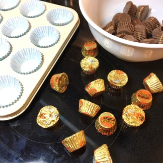 1-mini-chocolate-halloween-cupcakes-with-reeses-candy-centers