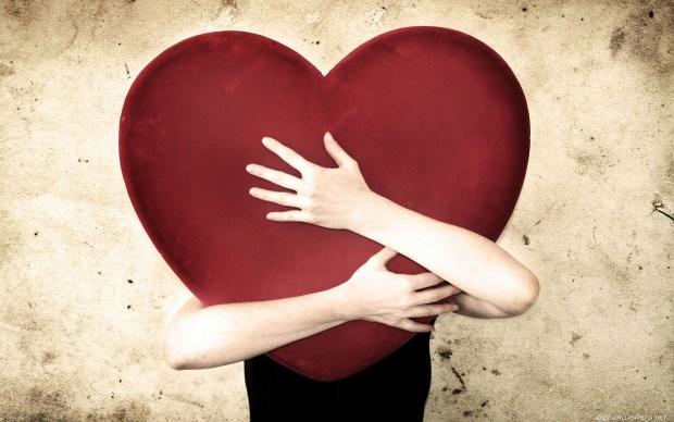 auguri-san-valentino-2017-abbraccio-cuore