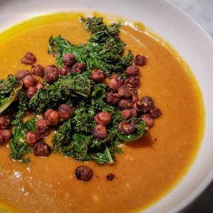 creamy-vegan-pumpkin-soup-chickpeas-kale