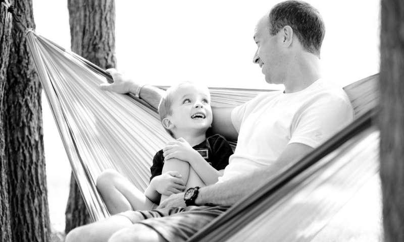 أب يقضي وقتاً ممتعاً مع طفله