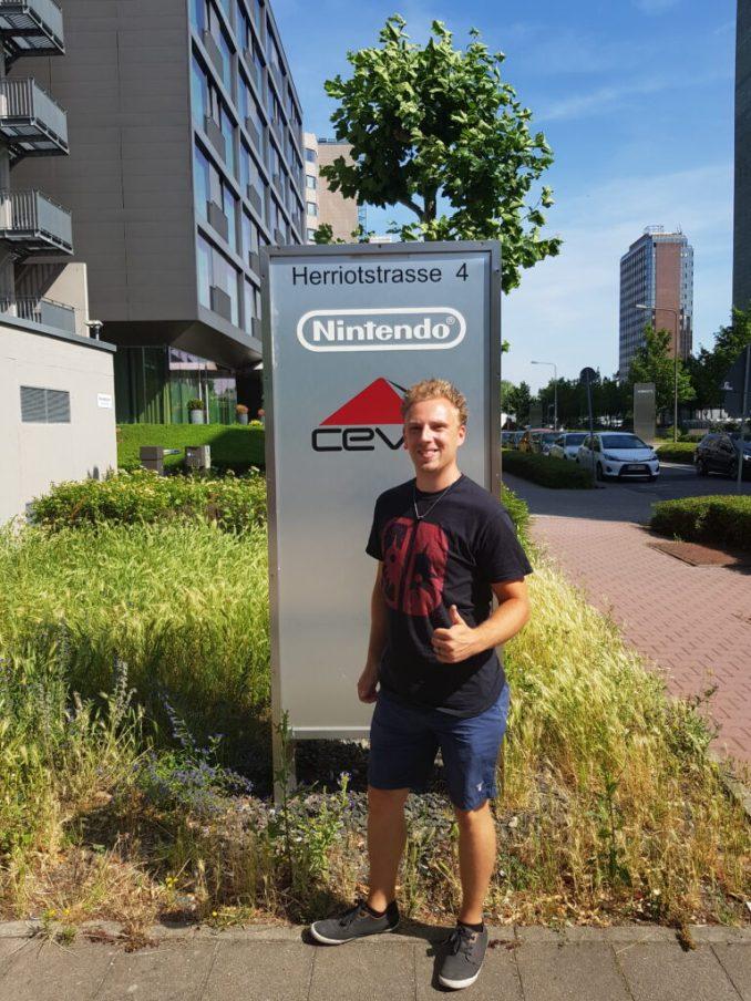 Das Bild zeigt mich vor dem Eingang zum Hauptsitz von Nintendo of Europe.