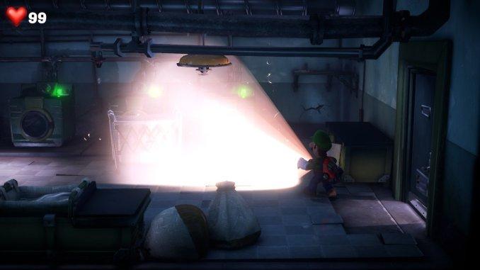Das Foto zeigt Luigi im Keller, wie er einen aufgeladenen Stroboblitz abfeuert.