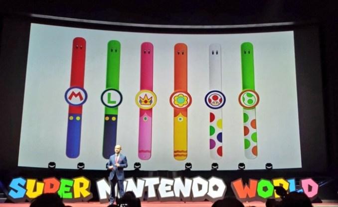 Das Bild zeigt die Präsentation der Power Up-Armbänder für Super Nintendo World.