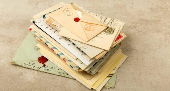 Das Bild zeigt einen Starpel voller Briefe. Sie sollen an die Briefe von Zuhause erinnern, die man in Animal Crossing immer wieder bekommt. Das ist wissenswert.