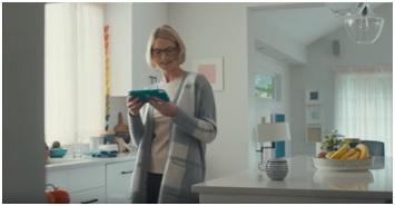 Die erste Szene zeigt die Mutter in der Küche. Alles ist in sehr langweiligen Farben gestaltet. Nur die Switch lite nicht.
