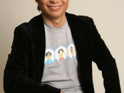 Auf dem Bild ist Shigero Miyamoto von Nintendo in legerer Pose zu sehen.