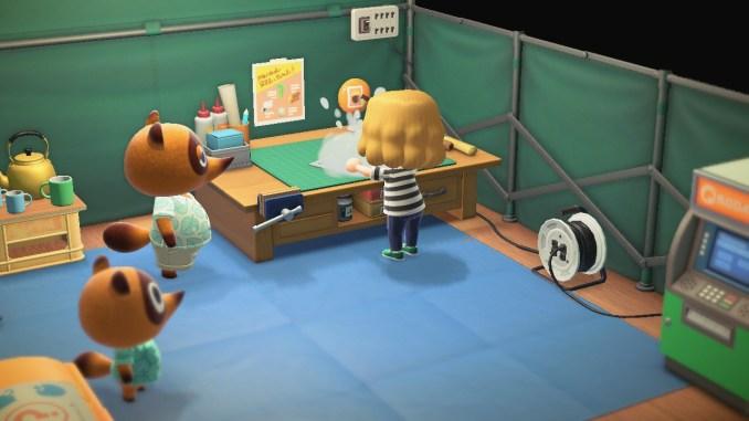 Das Bild zeigt einen wichtigen Teil von Animal Crossing: New Horizons. Wir basteln gerade an Tom Nooks Werkbank. Er und Nepp beobachten uns dabei.
