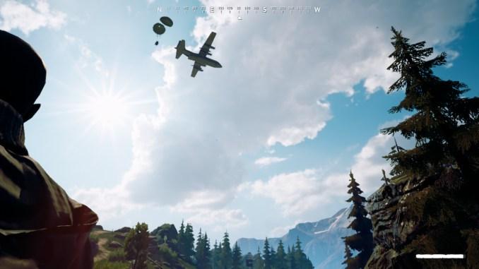 Ein Flugzeug wirft nach ca. zehn Minuten eine Beutekiste über dem Gelände ab. Sie zu bergen, bedeutet immer Gefahr.