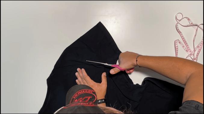 Das Bild zeigt den ersten Arbscheitschritt für Gesichtsmasken zum Selbermachen.