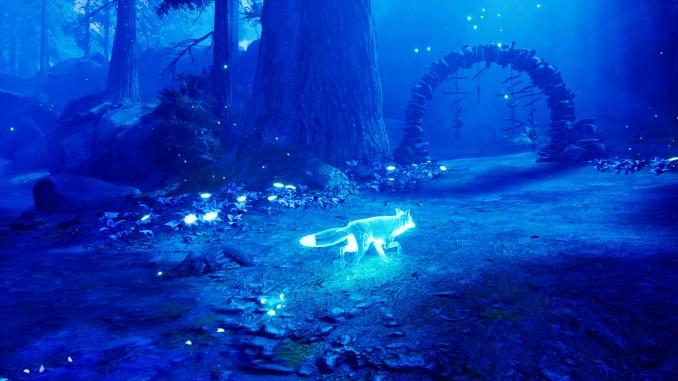 """Das Bild zeigt eine Szene aus dem Spiel """"Spirit of the North"""". Man sieht den Geisterfuchs, den Hüter des Nordwindes, welcher durch einen Wald streift."""