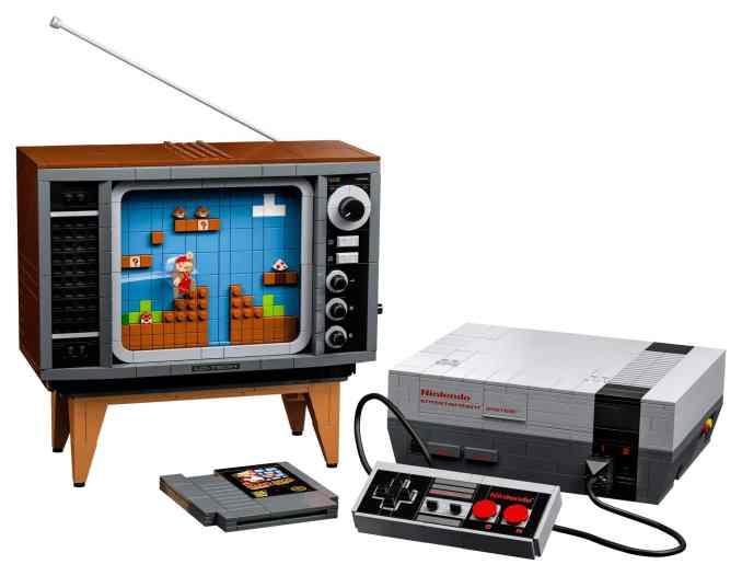 Das Bild zeigt das LEGO Nintendo Entertainment System samt baubaren Fernseher im Retro-Stil der 80er-Jahre.