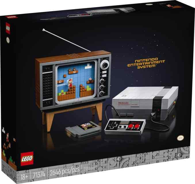 Das Bild zeigt die Verpackung des LEGO Nintendo Entertainment System. Zu sehen sind die NES-Konsole, ein Controller, ein Spielemodul und der baubare Fernseher im 80-Jahre-Stil.