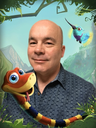 """Das Bild zeigt David Wise mit der Schlange aus """"Snake Pass""""."""
