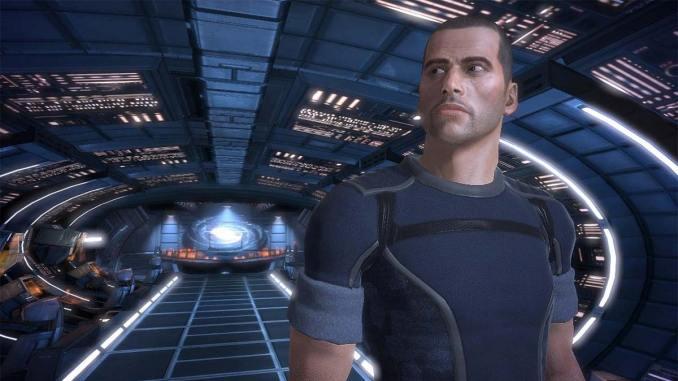 Dieses Bild zeigt Commander Shepard an Bord der Normandy die einen durch die Mass Effect Trilogie begleitet.