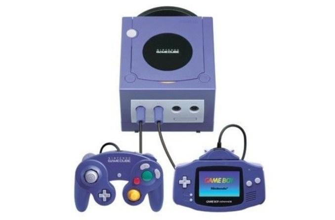 Das Bild zeigt den Gamecube in Verbindung mit einem Controller und einem Gameboy Advance