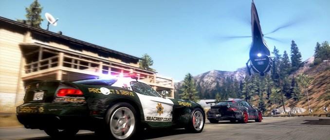 Das Bild zeigt den Polizeihubschrauber und den Polizeiwagen bei einer Verfolgung (Need for Speed: Hot Pursuit)