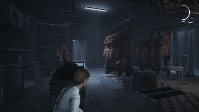 """Das Bild zeigt die Hauptfigur Jennifer, welche sich vor einem Gegner versteckt. Es handelt sich um eine Szene aus dem Spiel """"Remothered: Broken Porcelain""""."""