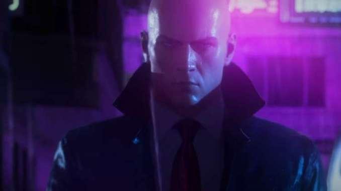 Das Bild zeigt Agent 47 im regen aus Hitman 3