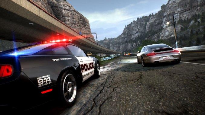 Das Bild zeigt einen Porsche, welcher von der Polizei überholt wird.