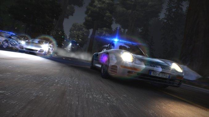 """Das Bild zeigt eine Verfolgungsjagd bei Nacht in """"Need for Speed: Hot Pursuit Remastered""""."""