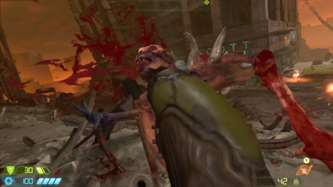 """Auf diesem Bild des Spiels """"Doom Eternal"""" ist ein blutender Gegner in Nahaufnahme zu sehen."""