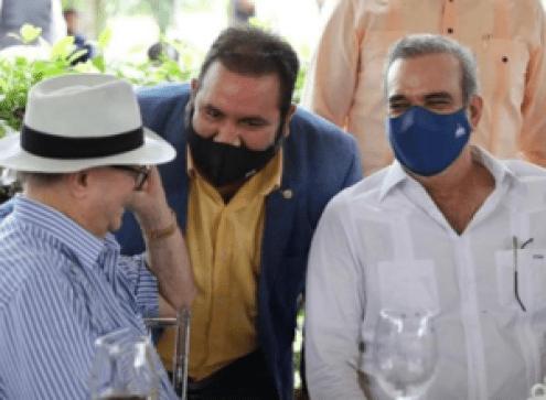 Hipólito Mejía y Luis Abinader durante un almuerzo en La Vega junto a productores agropecuarios y empresarios.