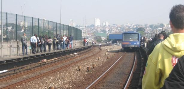 Foto enviada por internauta mostra passageiros do metrô andando nos trilhos após confusão