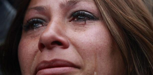Roxana Gomez, filha do mineiro Mario Gomez, chora durante a transmissão do resgate de seu pai