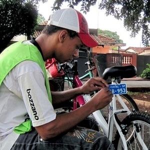 Funcionário da prefeitura emplaca bicicleta em Pontal