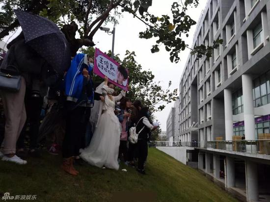 TFBOYS粉絲穿婚紗現場求嫁 尖叫聲影響拍攝進度遭批