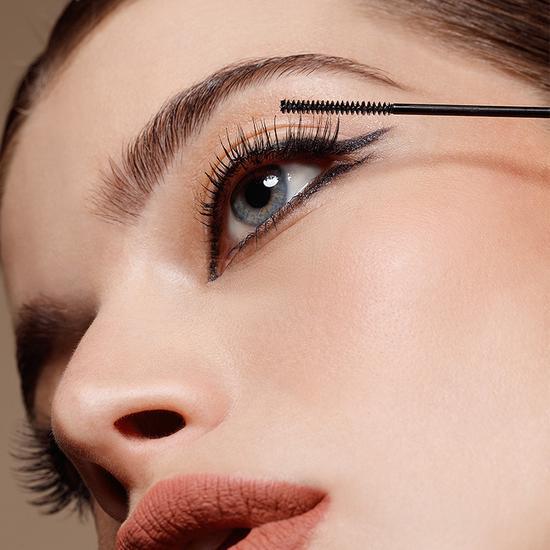 图3:卡姿兰微雕大眼双头睫毛膏不易黏连,睫毛根根分明