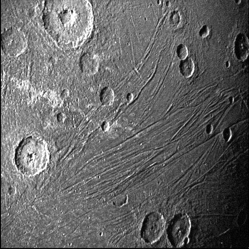 圖2:木衛三局部細節照片,分辨率在600-900m之間。