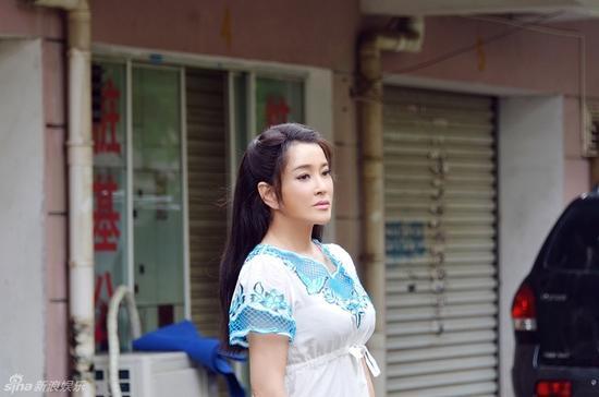 劉曉慶新劇再扮少女 瞪眼托腮表情無辜
