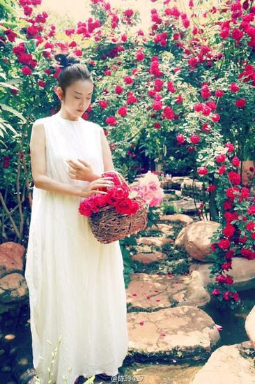 組圖:57歲楊麗萍變仙姑 白裙置身花海仙氣飄