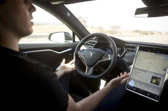 開車時讀報看小說的特斯拉車主 成自動駕駛難題