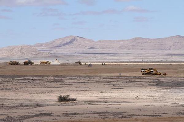 2013年4月18日,工程车辆在纳米比亚湖山铀矿项目现场施工。 新华社 资料图