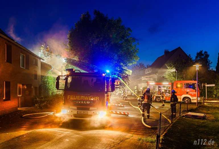 Bis in die Nacht hinein löschten rund 170 Ehrenamtliche mehrere Brände in Soldorf (Foto: n112.de/Stefan Hillen)