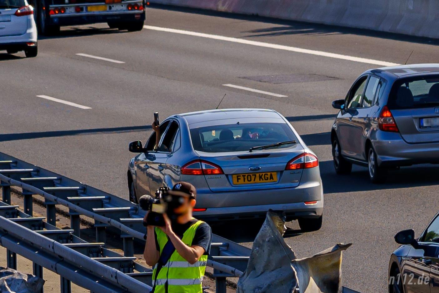 Besonders dreist, aber keine Seltenheit: Den Verkehr ausbremsen und aus dem offenen Fenster filmen (Foto: n112.de/Stefan Hillen)