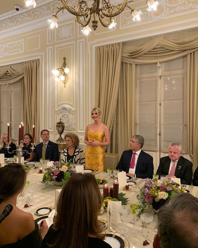 Saffron silk: Ivanka Trump shines in a Johanna Ortiz dress at a dinner in Colombia (photo 1)