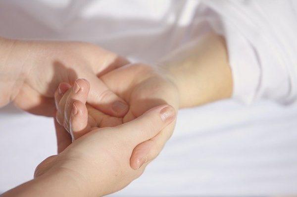治療 マッサージ 手かざし療法