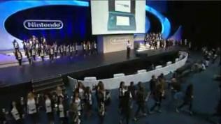 Chicas llevando las 3DS al publico del show