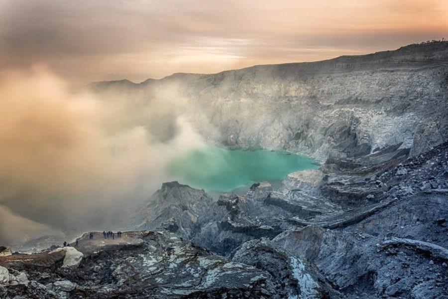 Вулкан с голубой лавой